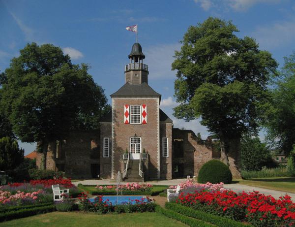 (c) Schloss Hertefeld